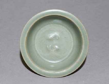 Shallow bowl with fish