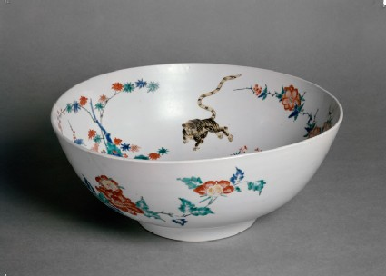 Bowl with central design of a dragon chasing a fiery pearl