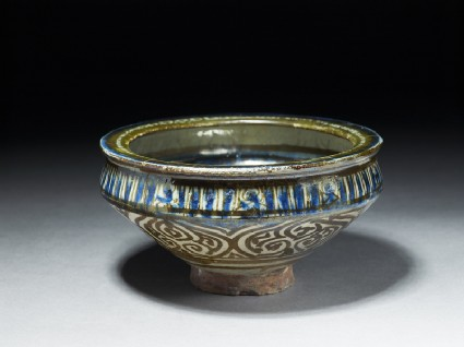 Bowl with flying phoenix and vegetal decoration