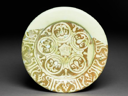 Dish with doves and pseudo-kufic inscription