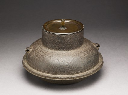 Lidded kettle with lattice and pine tree decoration