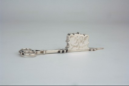 Candle snuffers with chinoiserie floral decoration