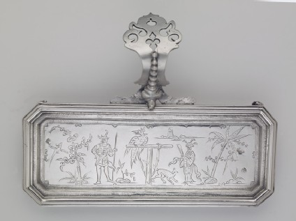 Snuffers tray with chinoiserie figures in a landscape