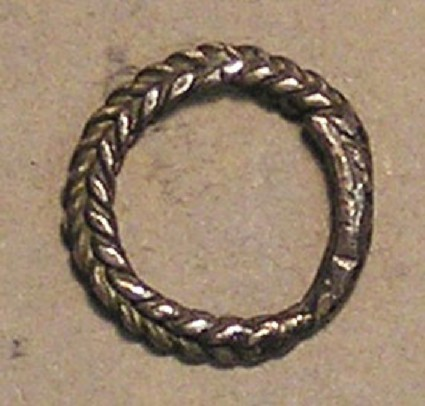 Finger-ring of plaited wires