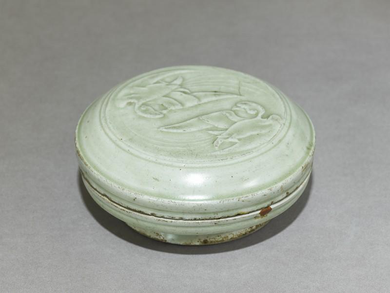Greenware box with two birds (EA1956.658, oblique            )