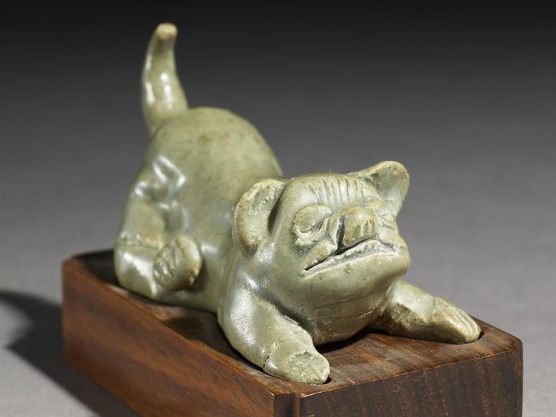 Greenware burial figure of a dog (EA1956.977, oblique            )