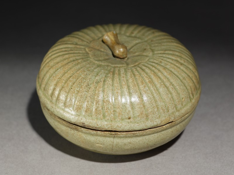 Greenware circular box and lid with lotus cover (EA1956.1208, oblique             )