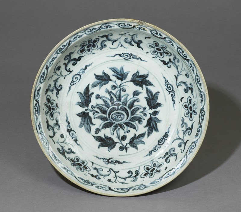 Blue-and-white dish with floral decoration (EA1969.27, top           )